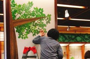 柱を木に!?葉もリアル感を出すために1枚1枚手作業でペタペタ